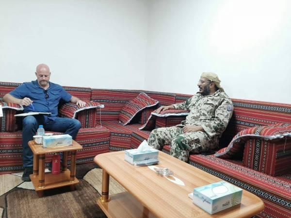 قائد المقاومة الوطنية يلتقي بمسؤول أممي ويناقش معه جرائم ألغام الحوثي في الساحل الغربي واليمن
