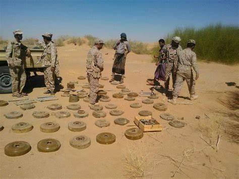 الفرق الهندسية بالقوات الحكومية تتلف  أكثر من 800 لغم حوثي في محافظة حجة