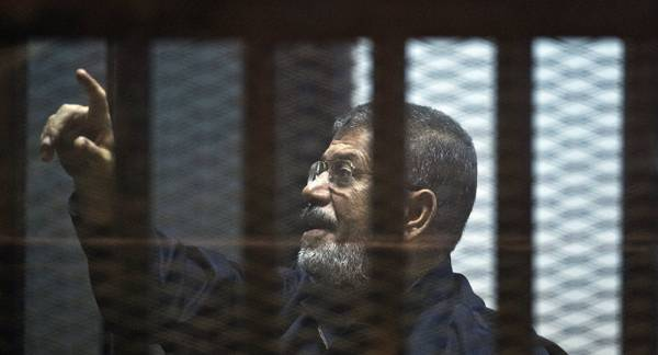 كيف سقط مرسي أثناء المحاكمة؟.. تعرف على التفاصيل وفقاً لرواية النائب العام المصري..!