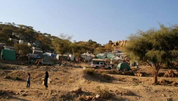 """شاهد بالصور.. مليشيات """"الحشد"""" التابعة لحزب الإصلاح تهجر مئات الأسر النازحة من جنوب تعز..! – (تفاصيل+صور)"""