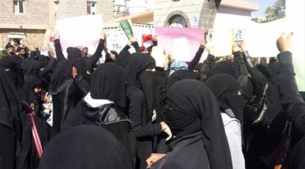 شاهد بالفيديو.. نساء صنـعاء في مضاهرة مناوئة لمليشيا الحوثي