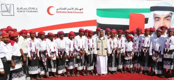 هلال الامارات يدخل البهجة والسرور على سكان الساحل الغربي.. المخا تحتفل بزفاف 200 من شبابها
