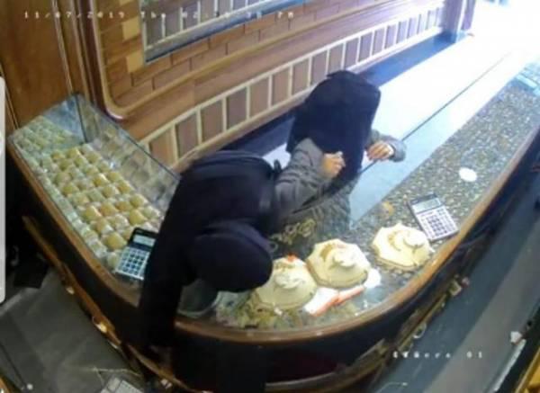 شاهد بالفيديو.. ضبط فتاتين في العاصمة صنعاء سرقتا قطعة ذهب قيمتها 2 مليون ريال أثناء محاولة بيعها..! – (تفاصيل+فيديو)