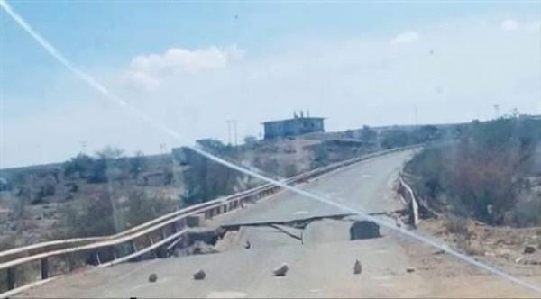 شاهد.. مليشيا الحوثي تفجر جسر في دمت بالضالع بعد تلقيها ضربات موجعة من الجيش والمقاومة – (صورة)