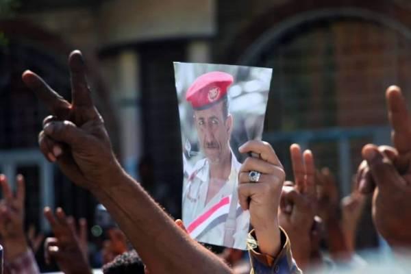 مسيرة تطالب بإعلان التحقيق باغتيال العميد  الحمادي واللجنة الرئاسية تصل اللواء