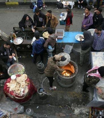 """في ساحة التحرير.. مائدة """"غير طائفية"""" تجمع العراقيين من أجل مستقبل أفضل"""