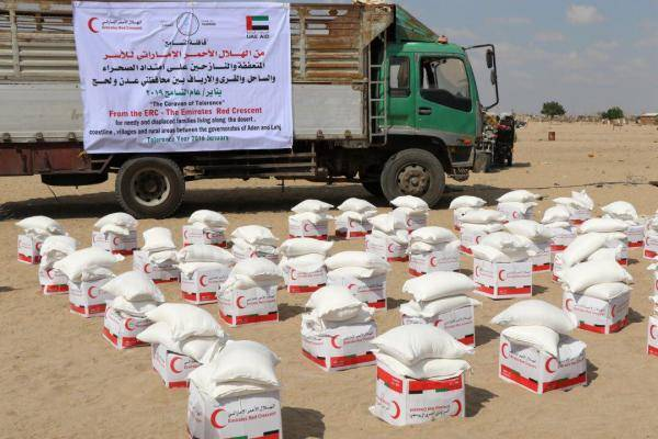 """الهلال الاماراتي يدشن إغاثة مناطق غرب عدن بـ""""قافلة التسامح"""""""