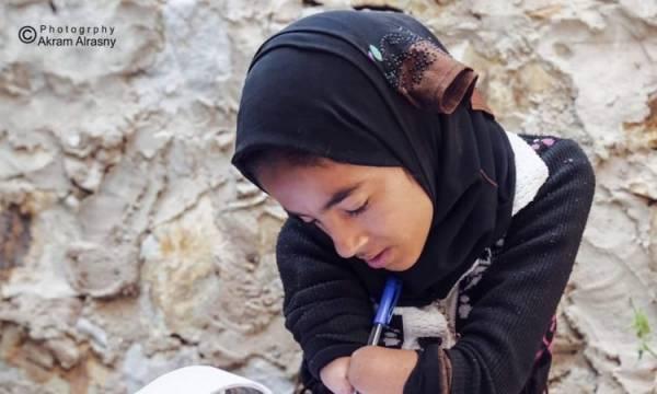 ميلشيا الحوثي بترت يديها.. طفلة يمنية تتحدى الإعاقة  - صورة و(تفاصيل)