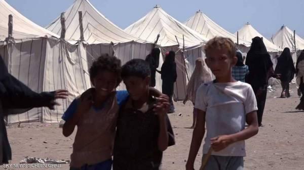 توزيع حقائب نظافة شخصية للنازحين بمخيم بني جابر بمديرية الخوخة