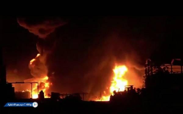 شاهد بالفيديو.. كيف أحرقت قذائف مليشيا الحوثي أحد هناجر مصنع &#34إخوان ثابت&#34 بالحديدة..!
