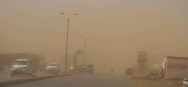 """""""أبو علي"""" يجتاح المخا والساحل ويثير موجة غبار حجبت الرؤية"""