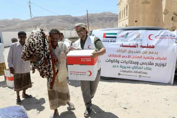 الهلال الإماراتي يوزع مساعدات شتوية على اهالي مديرية حجر بمحافظة حضرموت