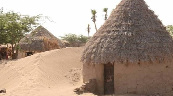الكثبان الرملية تجتاح مئات المنازل في شاذلية المخا