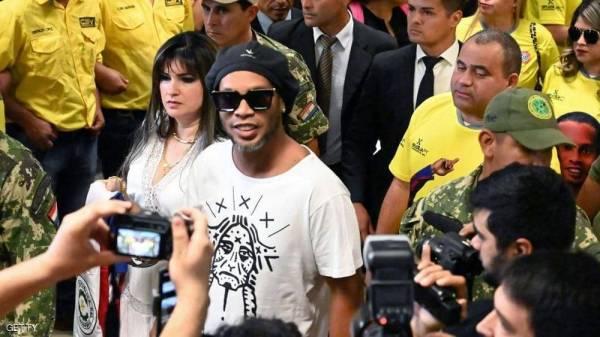 """اعتقال نجم الكرة البرازيلية رونالدينو بتهمة """"التزوير"""""""