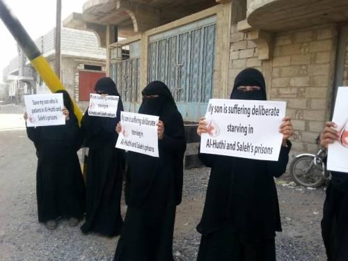 أمهات المختطفين بالخوخة تطالب بالكشف عن ابنائهن.. وينددن باختطاف النساء وإخفائهن من قبل المليشيا