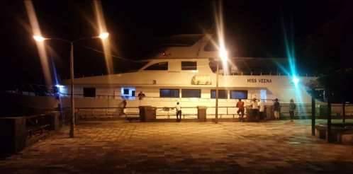 يخت سياحي طوله 33 متراً يصل الى ميناء عدن
