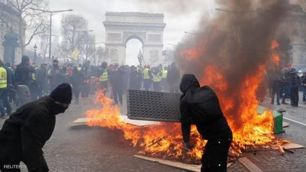 باريس تشتعل.. حرق سيارات ومتاجر في احتجاجات السترات الصفراء