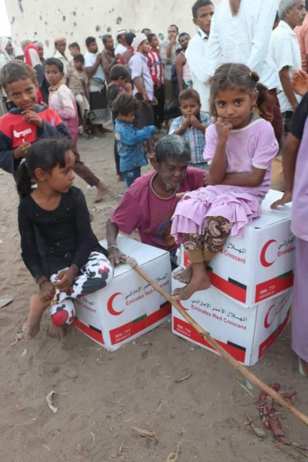 الحديدة.. توزيع  مساعدات إنسانية على نازحي منطقة النخيلة بالدريهمي