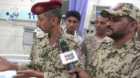 كبير ضباط الارتباط في الفريق الحكومي بالحديدة يزور العقيد الصليحي للاطمئنان على صحته - فيديو