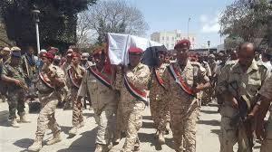 """استقبال مهيب عسكري وشعبي لـ""""جثمان"""" الشهيد عدنان الحمادي في مدينة التربة بتعز"""