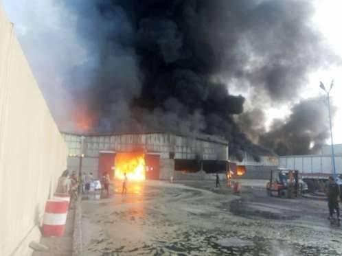 حريق يلتهم مخازن إغاثية في الحديدة وحكومة بن دغر تتهم مليشيا الحوثي