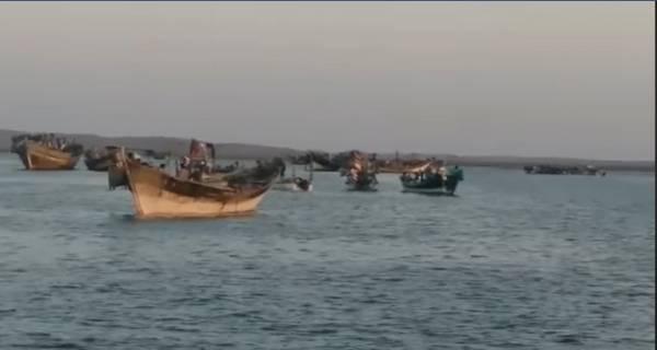 الحديدة.. المليشيات الحوثية تحتجز مئات الصيادين وعشرات العائلات في الصليف بذريعة الحجر الصحي