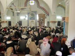 خطيب مسجد في تعز يصعد إلى منبره واضعا لاصقا على فمه (الأسباب)