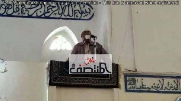 حصري.. شاهد خطيب في احد مساجد تعز يعتلي المنبر واضعاً لاصقاً على فمه (صورة)