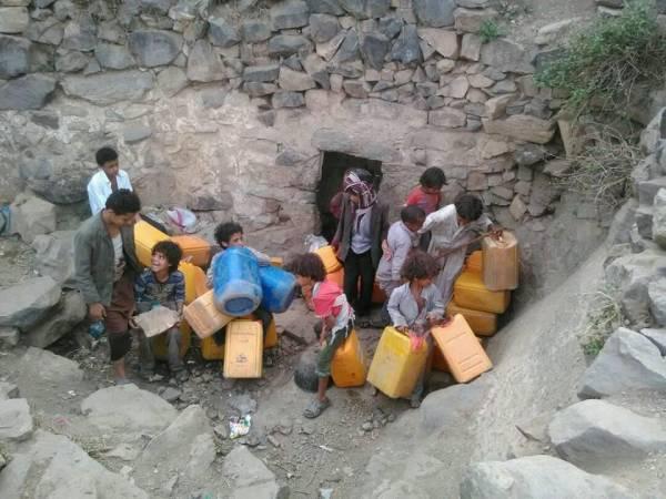 """معركة بقاء يخوضها أهالي """"بني سعد"""" بالمحويت في رحلة البحث عن قطرة ماء"""