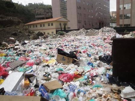 """جامعة صنعاء.. صرح علمي يغرق في """"النفايات""""!"""