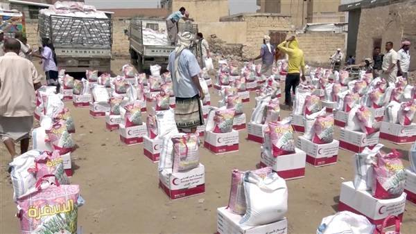 الهلال الإماراتي يواصل إغاثة حيس ويوزع آلاف السلال الغذائية