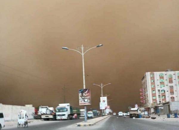 موجة غبار شديدة اجتاحت مدينة الحديدة متسببة بمقتل طفل وحالات اختناق
