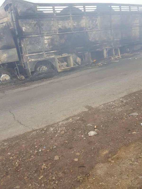 احتراق شاحنة محملة بالبضائع قادمة من السعودية في أبين ونجاة سائقها