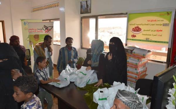 مؤسسة حيدرة توزع كميات من التمور للأسر الفقيرة في صنعاء