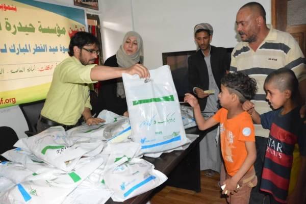 مؤسسة &#34حيدرة&#34 ومنظمة &#34الأيادي النقية&#34 تدشنان توزيع كسوة عيد الفطر للأطفال الفقراء