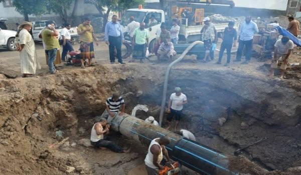 يغذي خمس مديريات.. فريق فني يعيد إصلاح أنبوب مياه رئيس في عدن