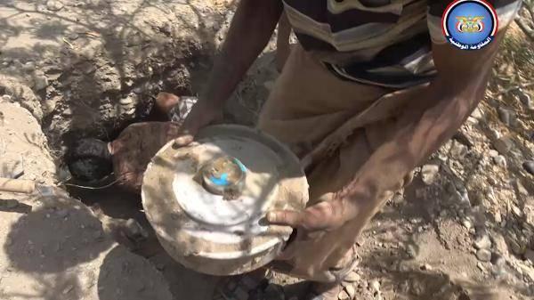 شاهد فيديو.. المقاومة الوطنية تفكك وتنزع شبكة الغام زرعتها مليشيا الحوثي في طريق جنوب الحديدة