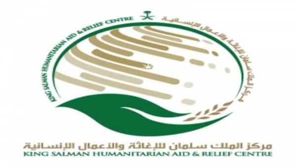 مركز الملك سلمان يوزع سلال غذائية للمتضررين في مخيم بني جابر بالخوخة