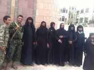 الملابس النسائية إحدى وسائل مليشيا الحوثي للهروب من معركة الحديدة - شاهد الصور