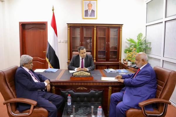 رئيس الوزراء يناقش مع محافظ الحديدة المستجدات العسكرية وعملية تحرير المحافظة