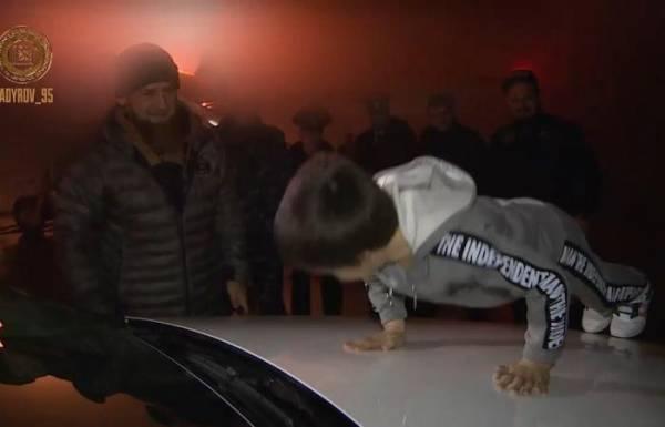 """بالفيديو.. رئيس الشيشان يهدي """"الطفل الخارق"""" مرسيدس"""