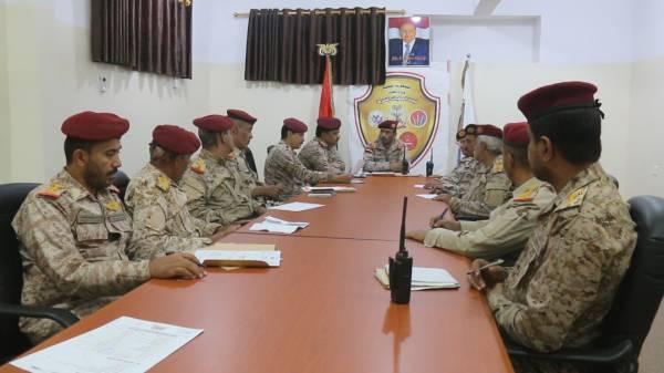 قائد العمليات المشتركة يترأس اجتماعاً لمناقشة التطورات القتالية والعملياتية