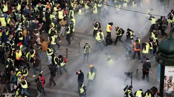 الغضب يشل باريس.. وشوارعها تحت رحمة المتظاهرين والمدرعات