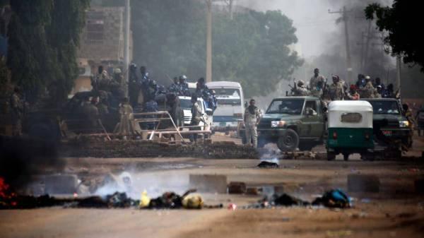 """الإمارات والسعودية تتابعان """"بقلق بالغ"""" تطورات الأحداث في السودان"""