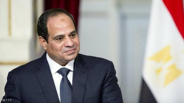 """السيسي يفاجئ مسؤولا مصريا: """"أنت بتقبض كام""""؟"""