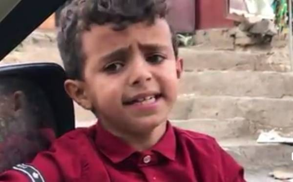 """شاهد بالفيديو.. الطفل اليمني المعجزة.. من بائع ماء بسيط إلى أشهر """"تريند"""" على وسائل التواصل الاجتماعي يتابعه الجميع..!؟"""
