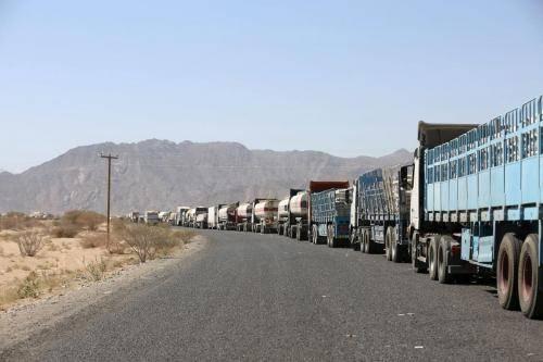 تجار صنعاء يشكون من إيقاف الحوثيين لعشرات الشاحنات التي تحمل بضائعهم في المنافذ الجمركية التي استحدثتها المليشيا..!؟