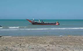 العثور على صيادين ظلا متشبثين بقاربهما 20 ساعة وسط رياح قوية قرب شواطئ المخا