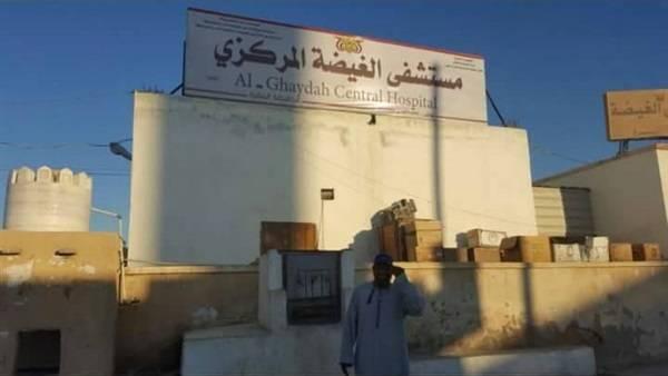 السلطة المحلية بالمهرة تزود مستشفى الغيضة بمعدات طبية